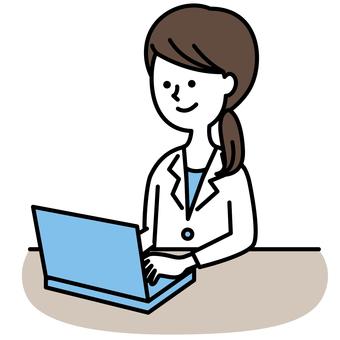 컴퓨터를 사용하는 백의의 여자