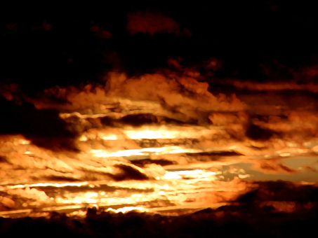 夕暮れ 黒い雲