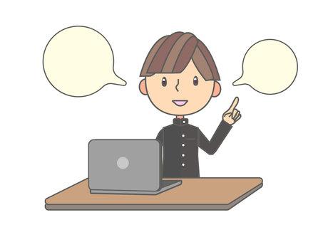男學生解釋與筆記本電腦一起工作