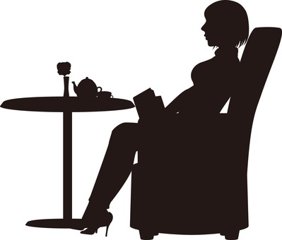 讀一本書在沙發上的女人