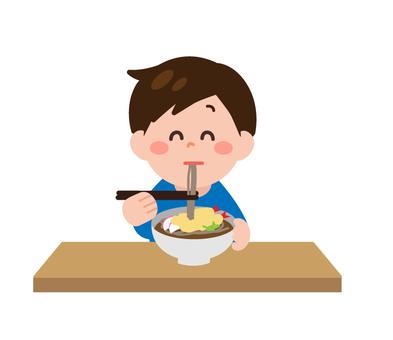 一個男人吃蕎麥麵