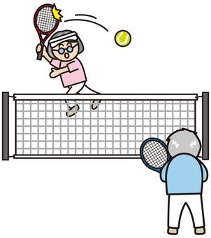 テニスをするシニア