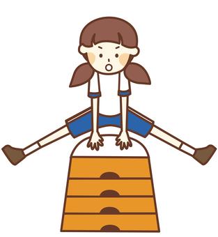 跳び箱をする体操着の女の子