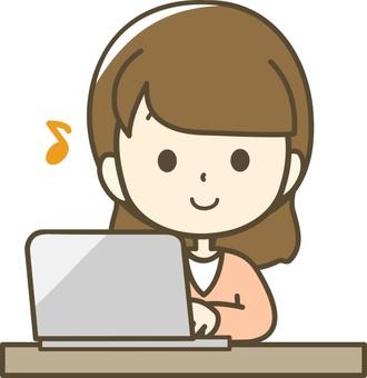 一個玩個人電腦的女人