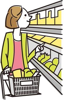在超市購物的女人