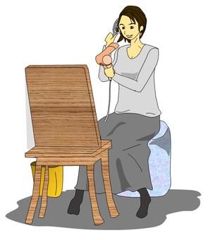 一個女人設置她的頭髮