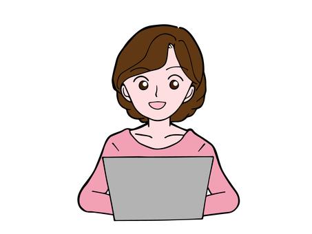 一個女人在筆記本電腦上工作