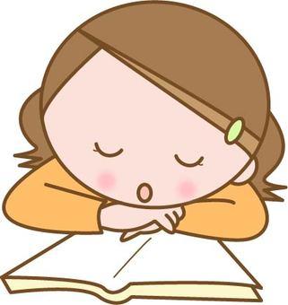 本を読みながら居眠りする子ども