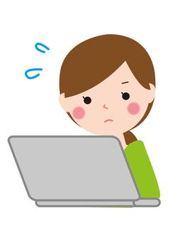 女性パソコンに熱中する