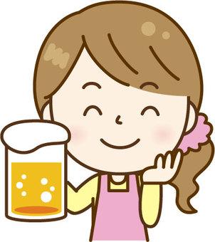 잔을 가진 앞치마 여성 핑크