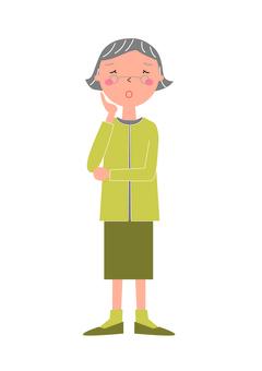Preocupada mujer mayor
