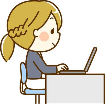 デスクワークに励む女性_PC