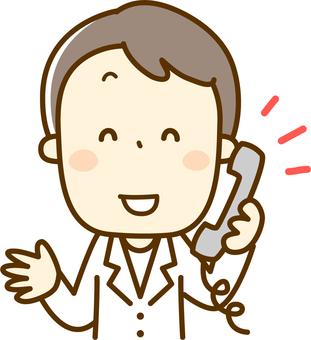 處理電話的藥劑師