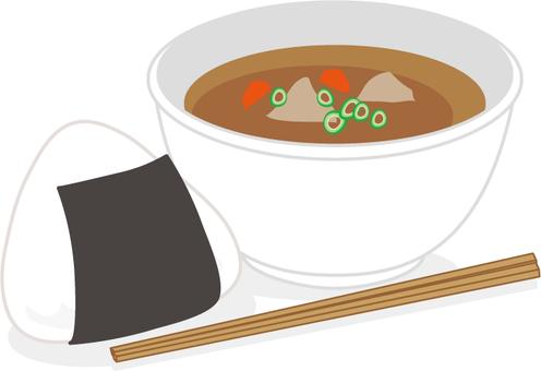 주먹밥과 돼지 고기 된장국 야외