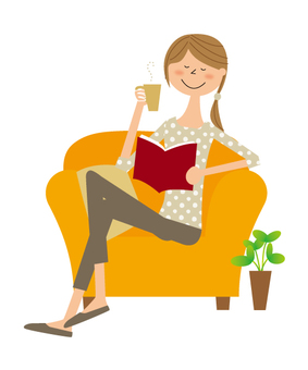 소파에서 독서하는 여자