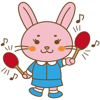 마라카스를 울리는 토끼