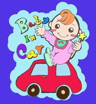 아기가 자동차를 타고 있습니다.