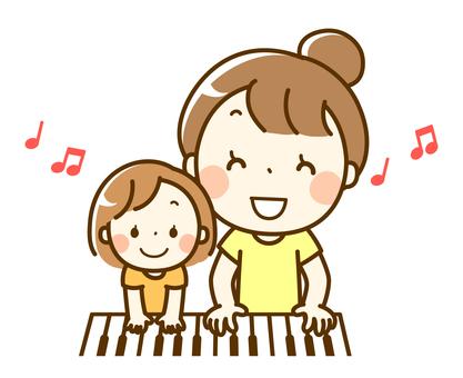 父母和孩子彈鋼琴