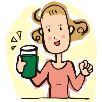 一个女人喝绿汁