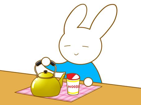 カップ麺とウサギ