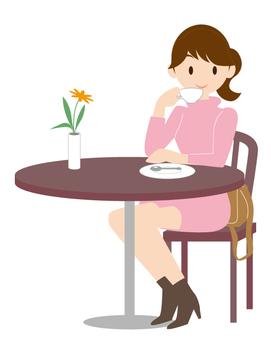 一个女人喝咖啡