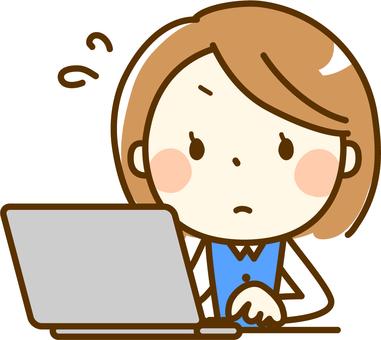 一名女子在筆記本電腦上工作
