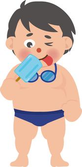 アイスを食べる水泳男子