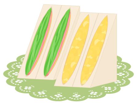 Sandwich on lace paper