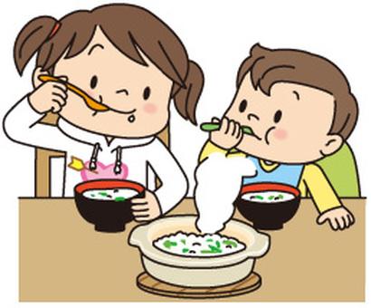 七草がゆを食べる子供2人