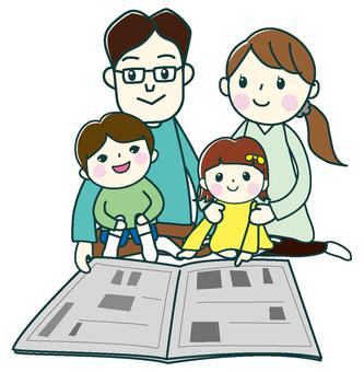 與家人一起的報紙