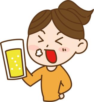ビールを飲む女性2