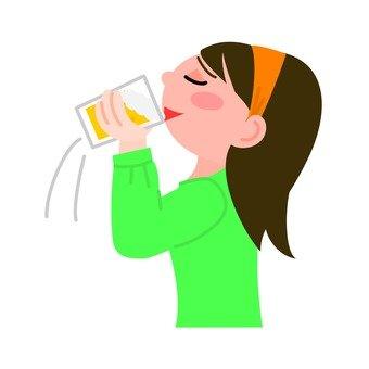 A lady who drinks a beer mug