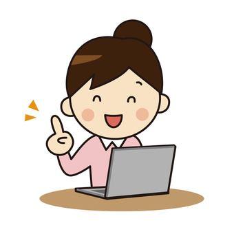 컴퓨터를 조작하는 여성