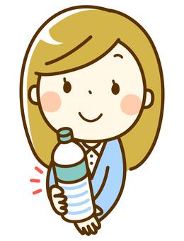 ペットボトルを渡す女性