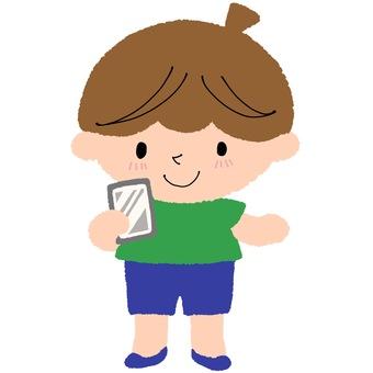 拿著智能手機的男孩