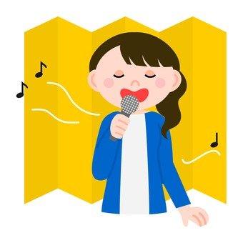 女人唱卡拉OK中金屏風前