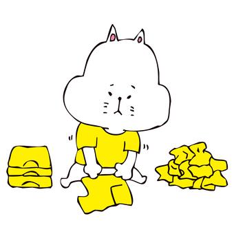 洗濯物をたたむ猫