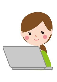 女性パソコンを使う