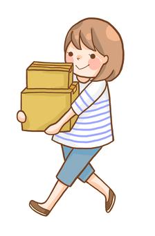 一個女人攜帶物體