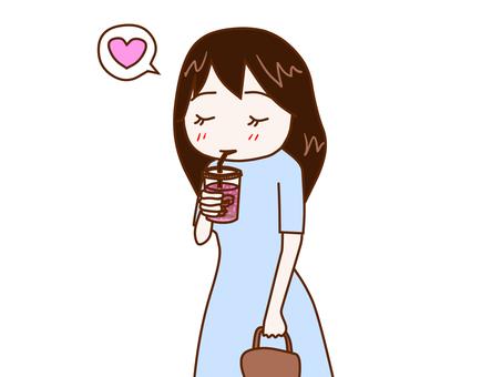 カフェを飲みながら歩く女性