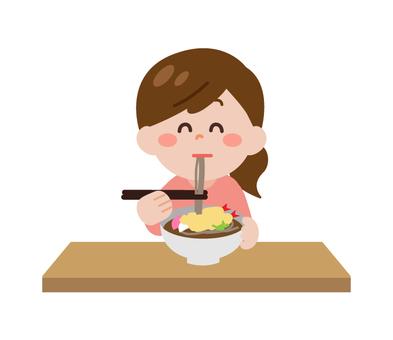 一個女人吃蕎麥麵