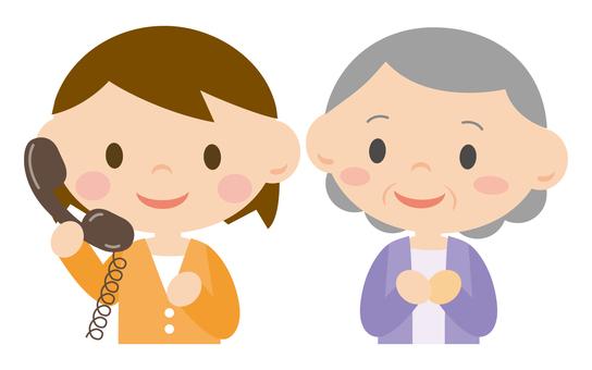 一位女士正在打電話和一位奶奶
