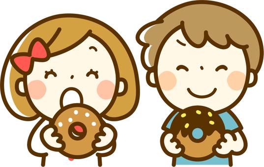 吃甜甜圈的男孩和女孩