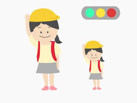 小學女孩和紅綠燈穿過人行橫道