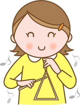 트라이앵글을 연주하는 어린이