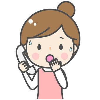 전화를 걸 여성