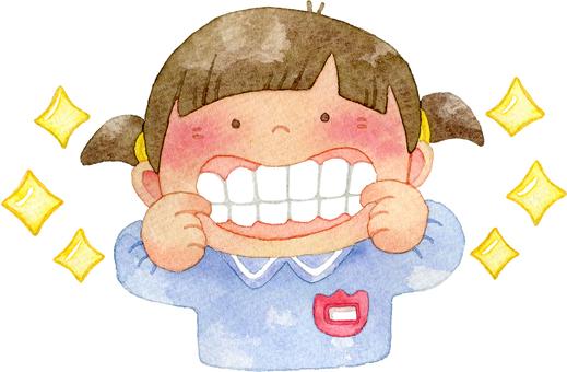 歯を見せる園児 女の子