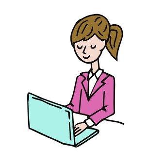 女人到個人電腦工作
