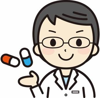 戴著眼鏡指導的男藥劑師