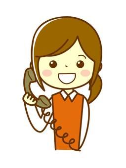 전화 지원하는 여성